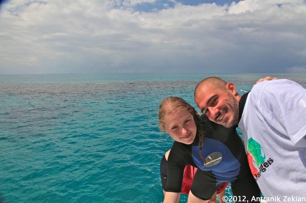 Flo et moi à la frontière du Blue Hole, d'où il est possible d'observer le mur de corail entourant la grotte sous-marine