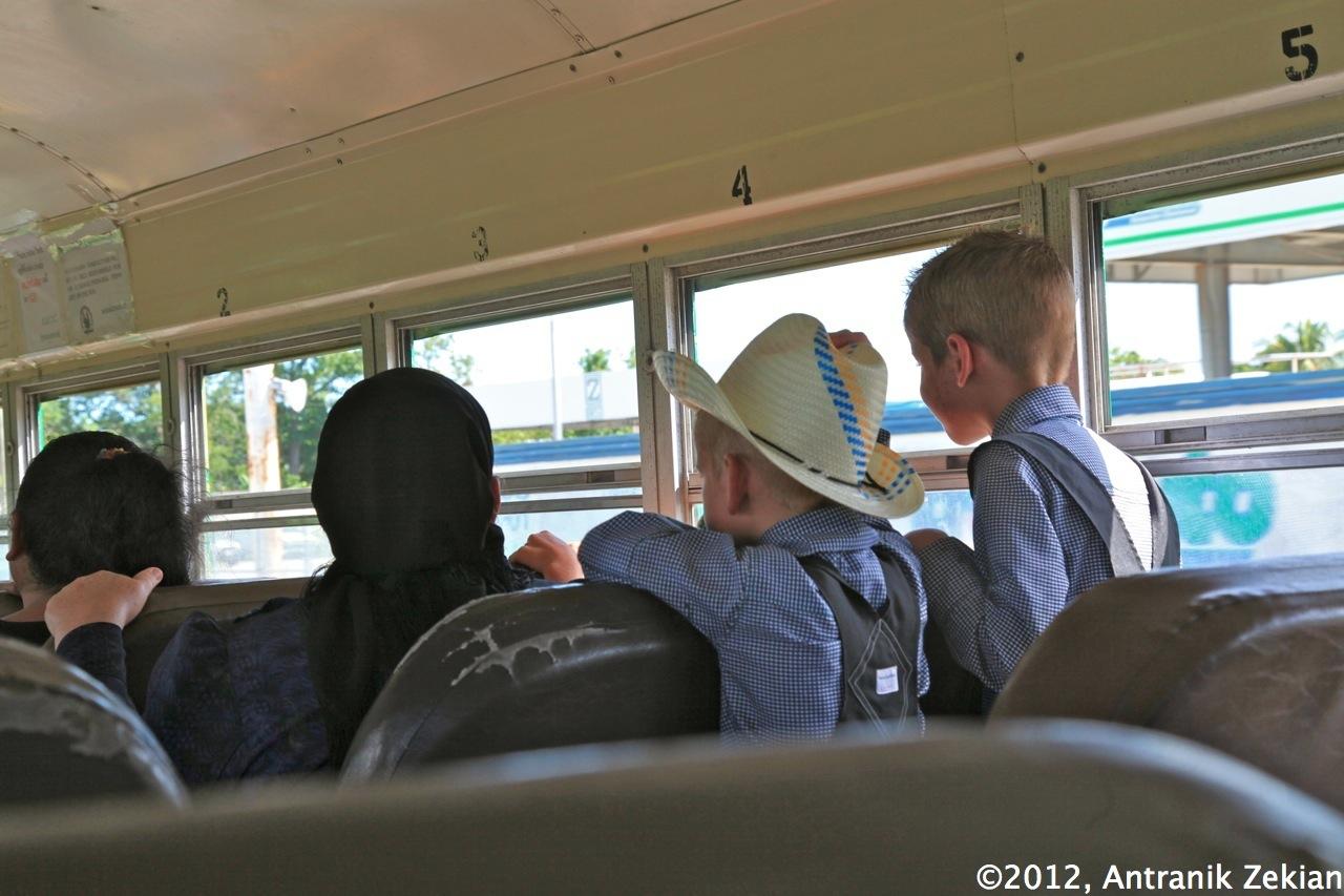 2 jeunes enfants Ménnonites dans le chicken bus en direction du Mexique