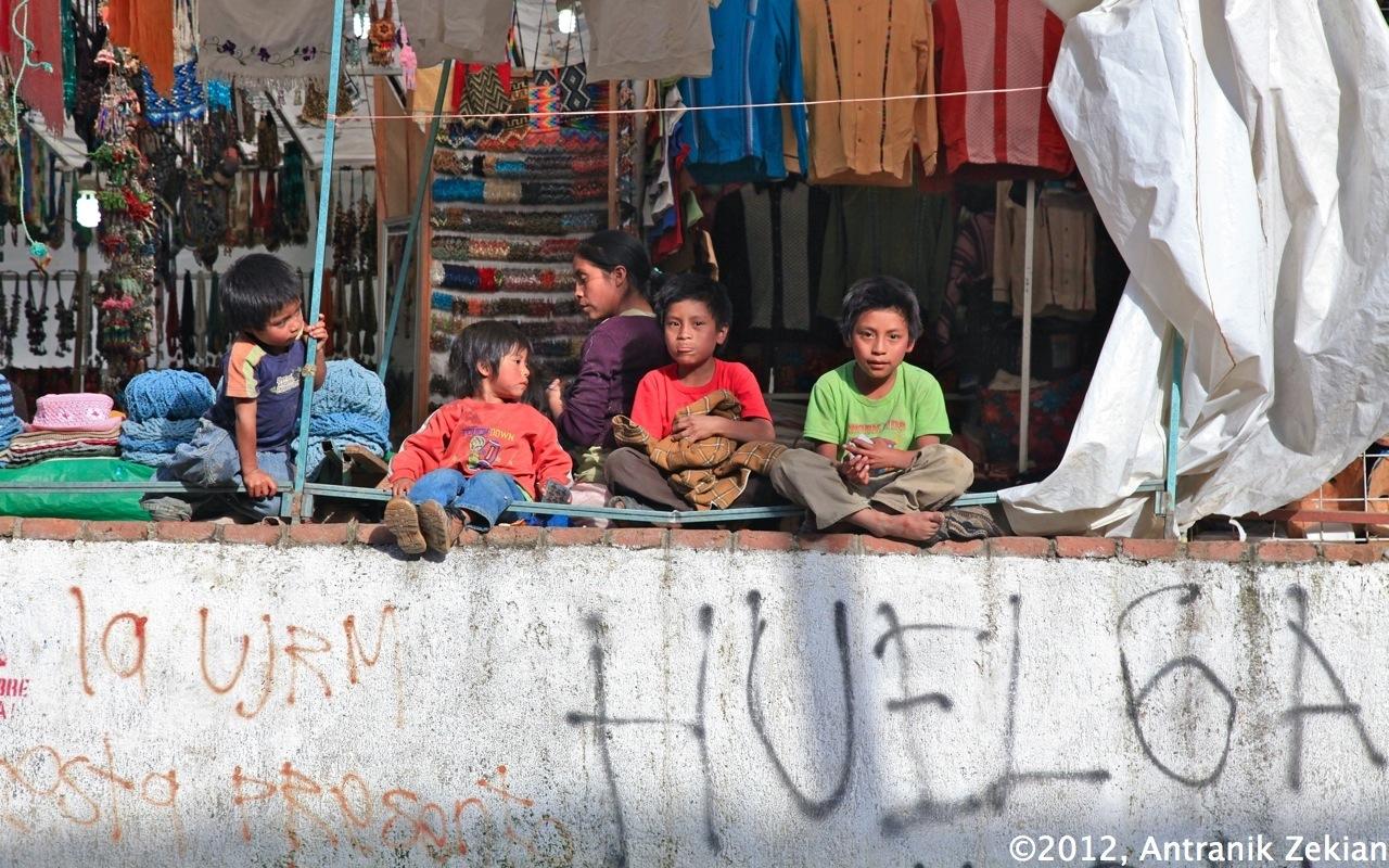 très jeunes vendeurs sur un marché durant leur pause déjeuner