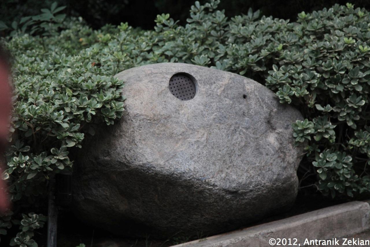 le rocher à l'entrée de la maison de PlayBoy. Certains disent que ceux qui savent susurrer à son oreille peuvent entrer...