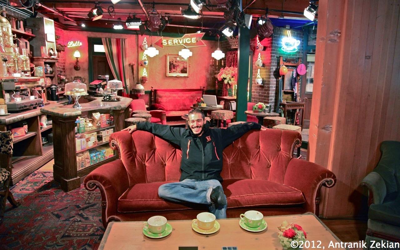 un petit capuccino tranquillement installé dans le fauteuil du Central Perk. les décors sont ceux d'origines de la série laissés en l'état du fait de son succès