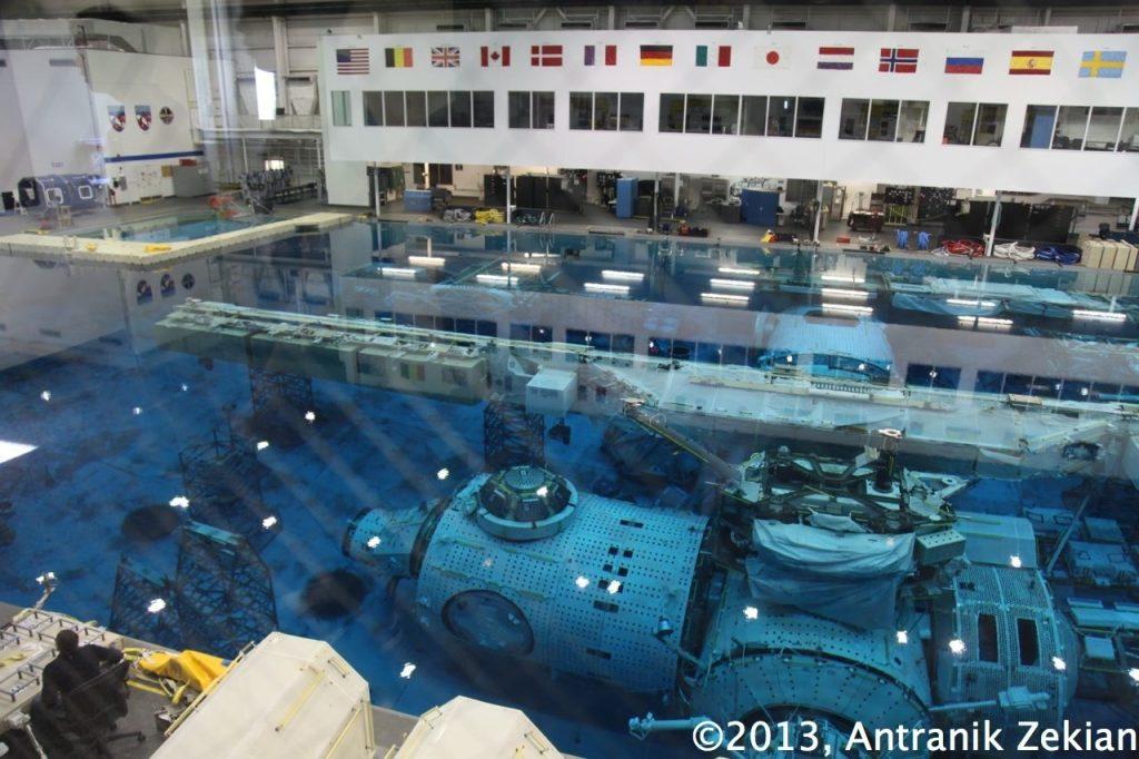 piscine contenant une réplique 1:1 de l'ISS