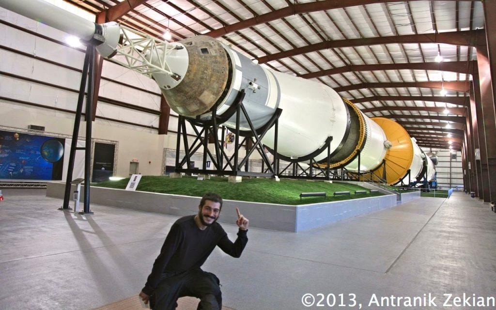 l'une des deux fusées Apollo encore existante, qui comprend ici tous ses étages