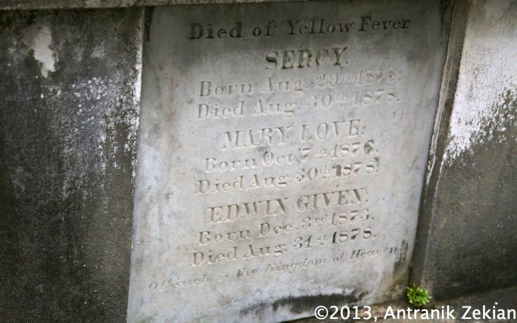 Pierre tombale du caveau d'une famille décimée par la fièvre jaune