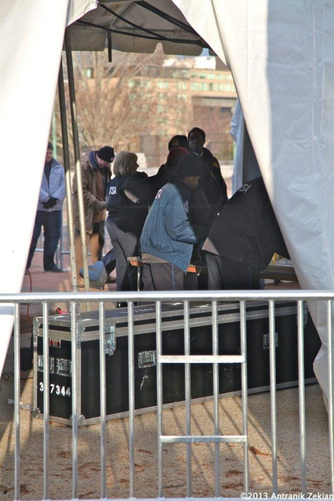 les tentes où tous les spectateurs sont fouillés