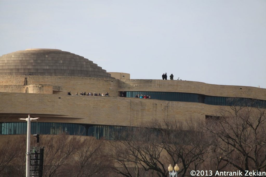 Tireurs d'élite sur le toit de bâtiments entourant le mall