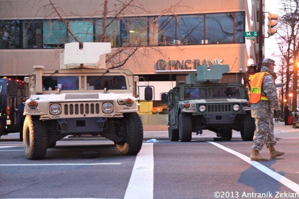 des 4x4 militaires bloquent les rues de la capitale en quasi état de siège