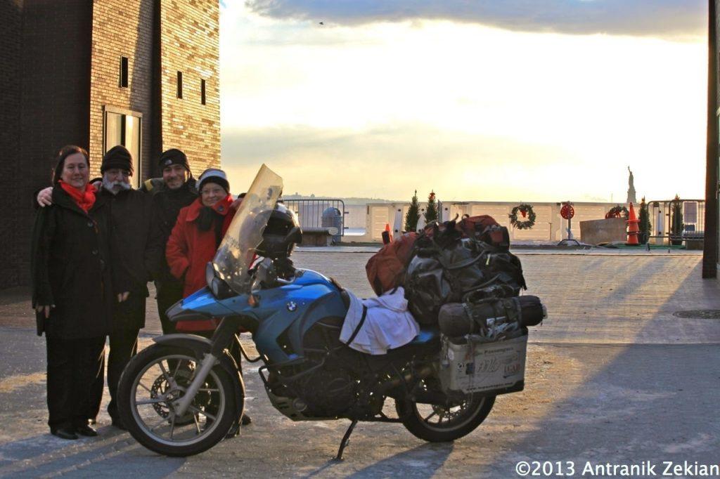 mes courageux parents et ma tante (dédicace à mon cousin Raffi qui prenait la photo) venus affronter le froid pour m'accueillir